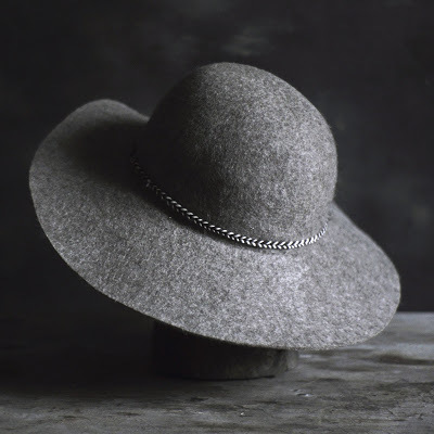 <p>Wide-brimmed Felt Hat&nbsp;</p>