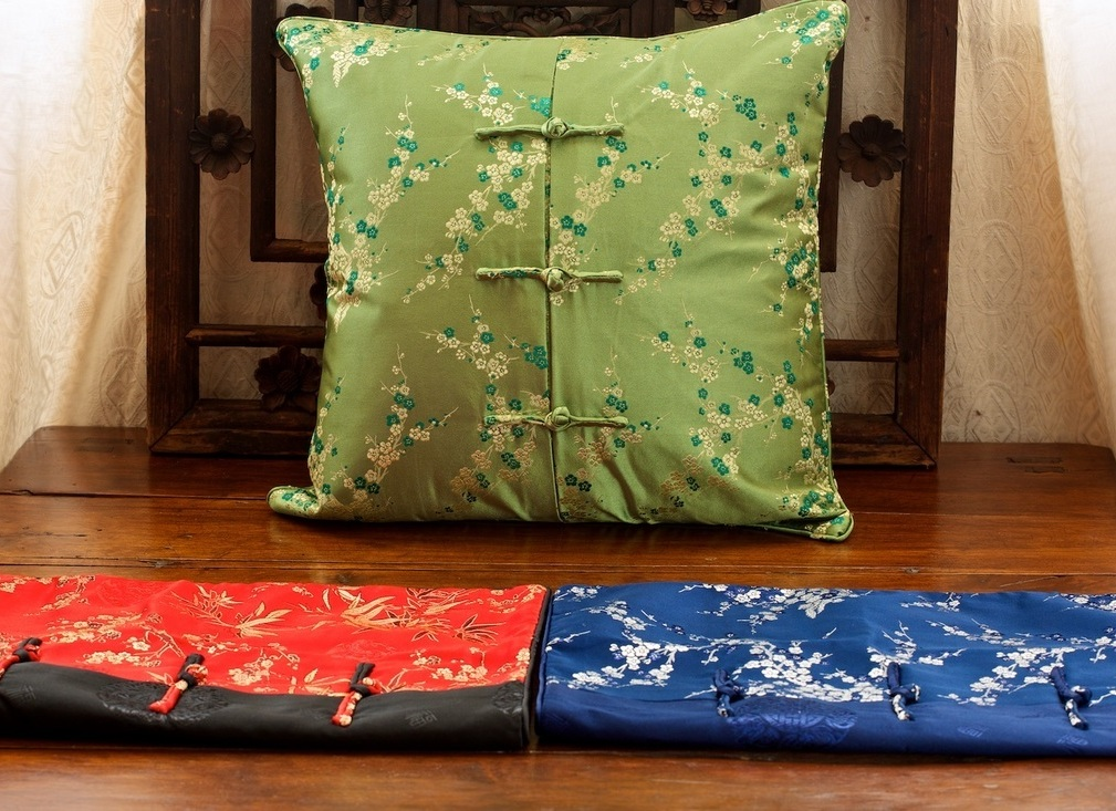 <p>Hearts &amp; Hands Silk Cushion Covers&nbsp;</p>